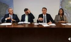 Bolsonaro e o ministro Onyx Lorenzoni participam da transmissão ao vivo feita toda quinta-feira pelo governo Foto: Reprodução