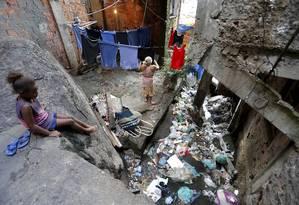 Esgoto a céu aberto na comunidade da Rocinha Foto: Domingos Peixoto / Agência O Globo
