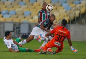 João Pedro toca na saída do goleiro colombiano Foto: MARCELO REGUA