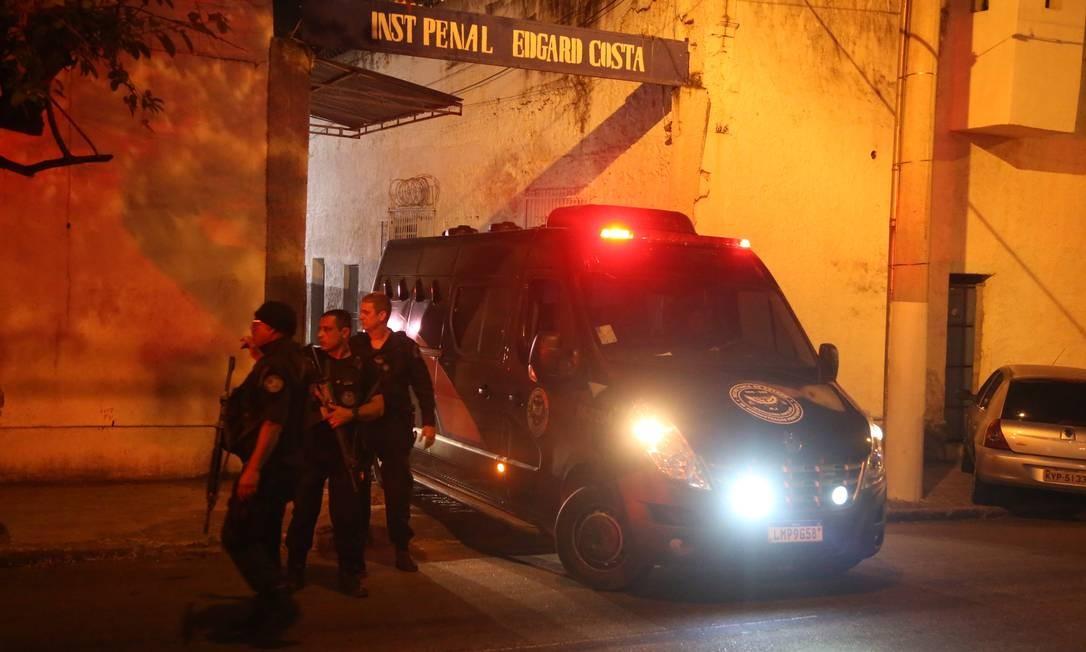 Os presos sendo transferidos de Niterói para o Complexo de Gericinó Foto: Fabiano Rocha / Agência O Globo