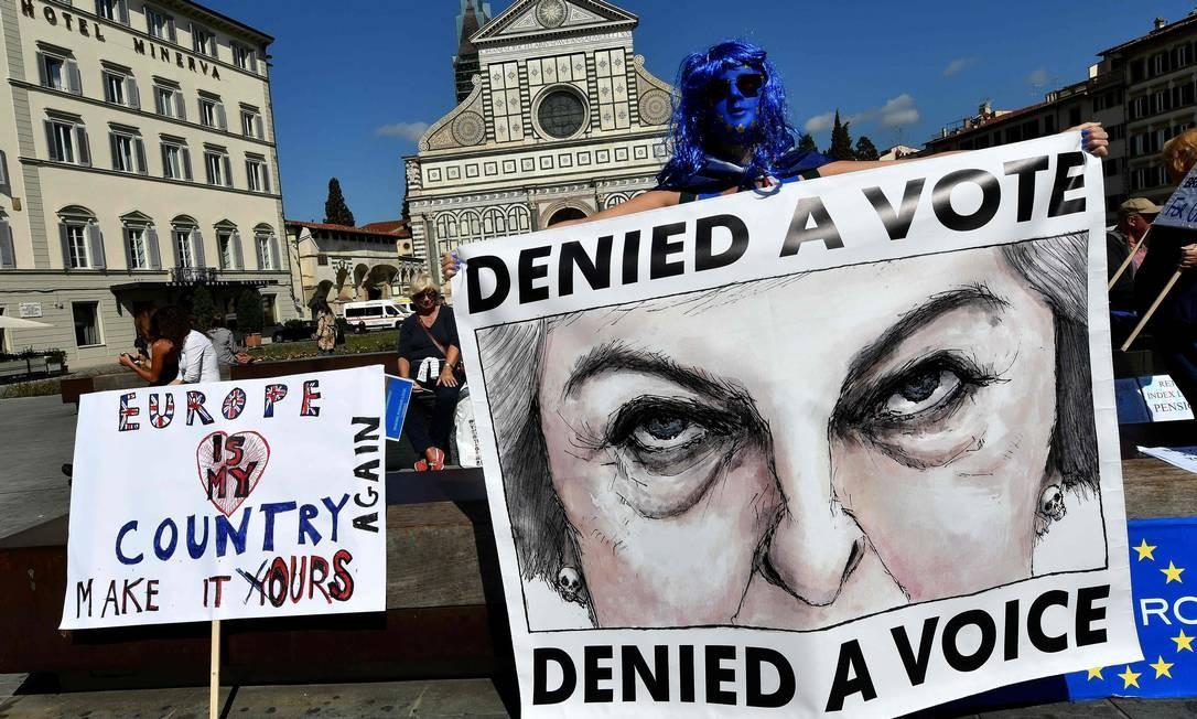 """Manifestantes anti-Brexit têm cartazes dizendo """"A Europa é o meu país - faça-o nosso novamente"""" e """"Negou um voto - negou uma voz"""" em 22 de setembro de 2017 em Florença, Itália, onde o primeiro-ministro britânico Theresa May deve fazer um discurso Foto: ALBERTO PIZZOLI / AFP"""