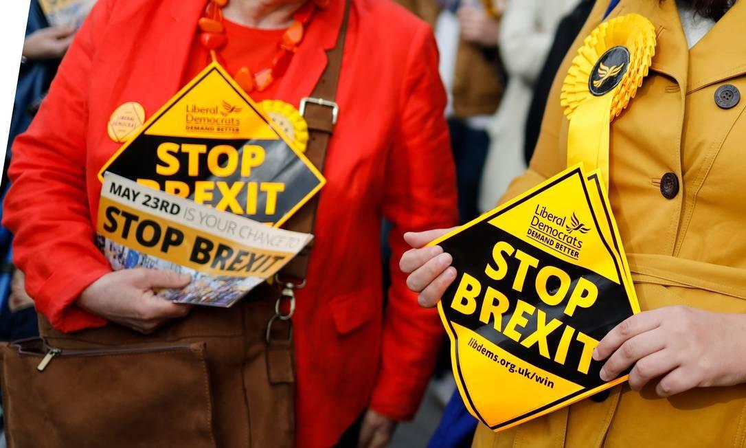 """Ativistas do Partido Liberal Democrata distribuem panfletos """"Parem Brexit"""", em Londres, em 22 de maio de 2019 Foto: TOLGA AKMEN / AFP"""