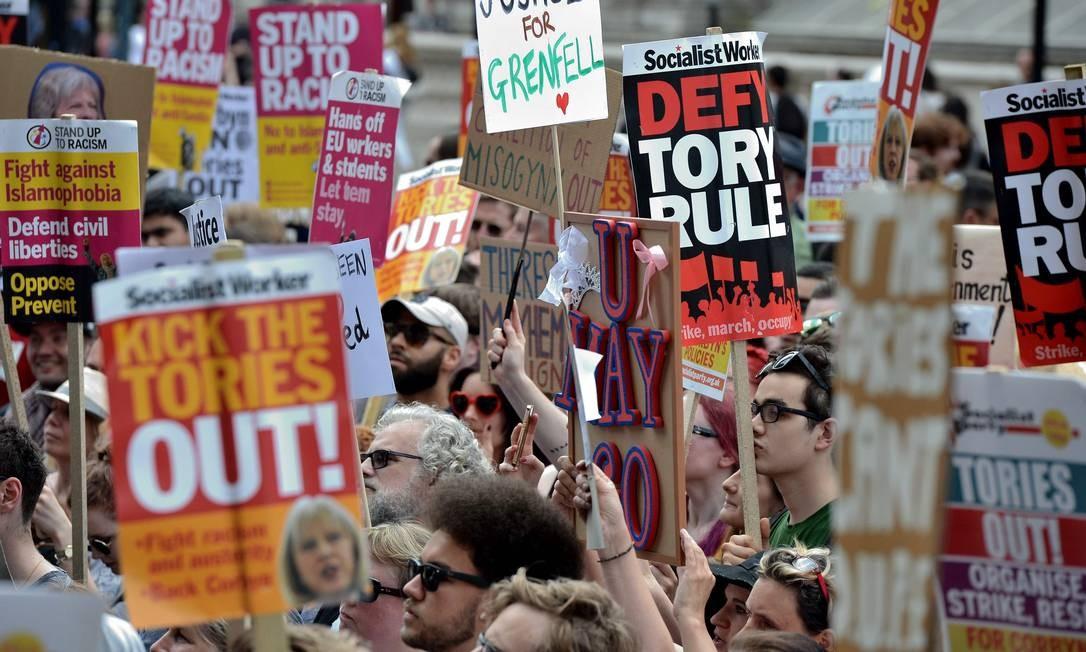 Milhares protestam em Londres contra austeridade do governo de Theresa May Foto: CHRIS J RATCLIFFE / AFP