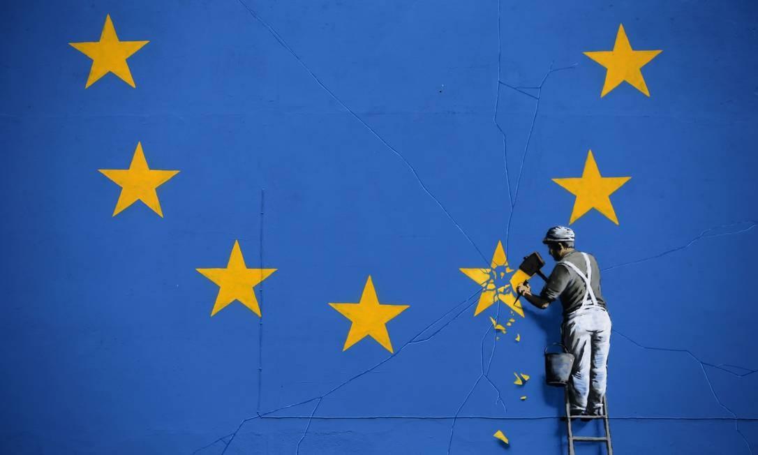 Com uma carta ao presidente do Conselho Europeu, Donald Tusk, em que anunciava formalmente a intenção de deixar o bloco, em 29 de março de 2017 o governo britânico ativou o Artigo 50 do Tratado Europeu de Lisboa, que rege o mecanismo de retirada voluntária de um país-membro. Iniciou-se, assim, o prazo de dois anos que deveria desembocar na saída britânica, em 29 de março de 2019. Foto: DANIEL LEAL-OLIVAS / AFP