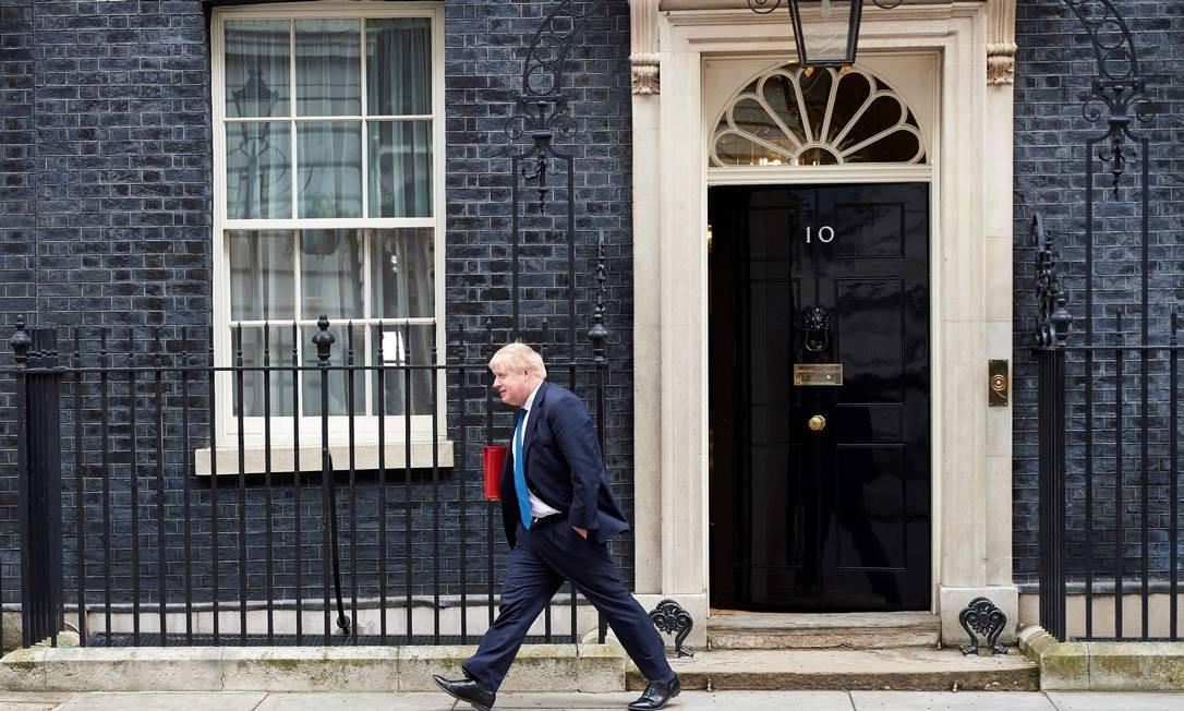 """Em 6 de julho de 2018, May obteve o acordo de seu governo para negociar a manutenção de estreitas relações comerciais com a UE após o Brexit. Nos três dias seguintes, demitiram-se o ministro eurocético do Brexit David Davis, que afirmou que May estava """"cedendo demais e muito rápido"""", e o ministro de Relações Exteriores, Boris Johnson, que se tornou o principal detrator dos planos de May através de sua coluna semanal no jornal Daily Telegraph. Foto: NIKLAS HALLE'N / AFP"""
