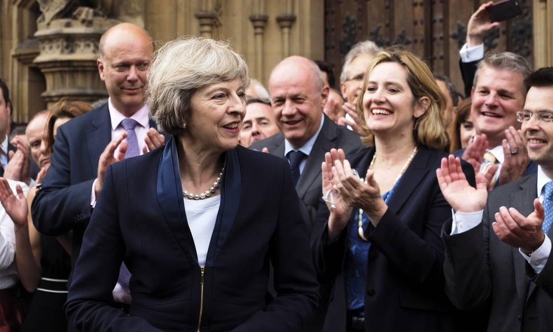 """A britânica Theresa May é aplaudida pelos parlamentares do Partido Conservador em Londres, segunda-feira, 11 de julho de 2016. O Partido Conservador britânico confirmou que ela foi eleita líder do partido """"com efeito imediato"""" e se tornará a próxima primeira-ministra do país Foto: Max Nash / AP"""