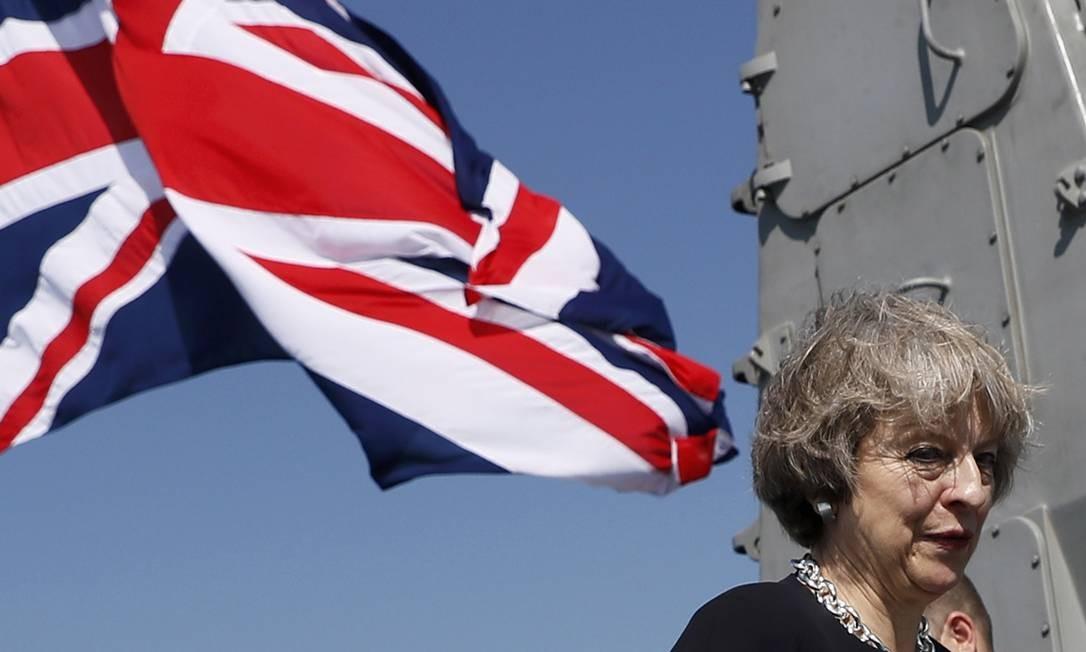 Theresa May visita o HMS Ocean em Manama, no Bahrein em dezembro de 2016 Foto: STEFAN WERMUTH / Reuters