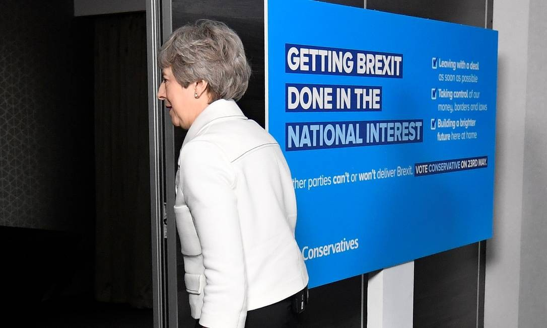 Theresa May depois de participar evento de campanha do Parlamento Europeu em Bristol, sudoeste da Inglaterra, em maio de 2019 Foto: TOBY MELVILLE / AFP