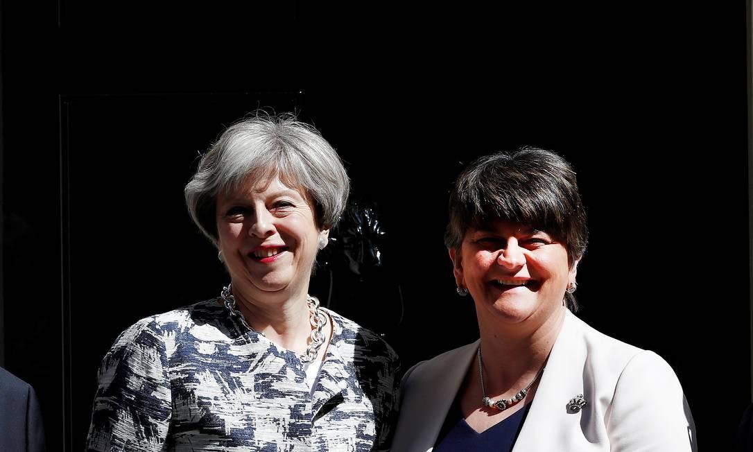 Theresa May posa com a líder do partido unionista democrata Arlene Foster na frente de 10 Downing Street em Londres, Grã-Bretanha, 26 de junho de 2017 Foto: Stefan Wermuth / REUTERS