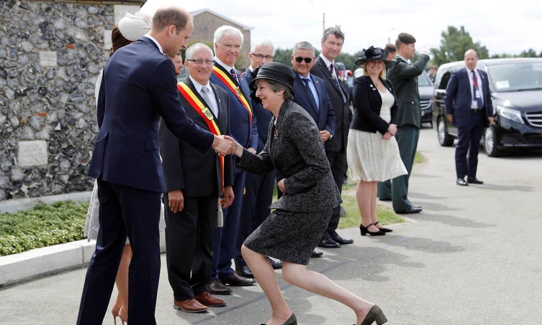 A primeira-ministra britânica Theresa May cumprimenta o príncipe William e Catherine, a duquesa de Cambridge, ao chegar ao cemitério de Tyne Cot para comemorar o 100º aniversário da batalha de Passchendaele na Bélgica, 31 de julho de 2017 Foto: Darren Staples / REUTERS