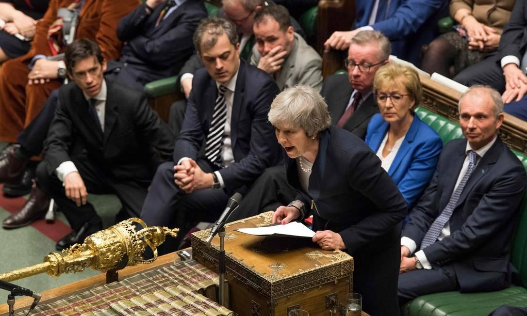 O Parlamento britânico rejeitou por 432 a 202 votos o plano da primeira-ministra Theresa May para o Brexit, a saída do Reino Unido da União Europeia. A esta derrota somaram-se outras que levaram o parlamento a ter maior influência no processo de saída britânica da União Europeia, o Brexit, impondo novas derrotas para o governo da primeira-ministra Theresa May Foto: MARK DUFFY / AFP