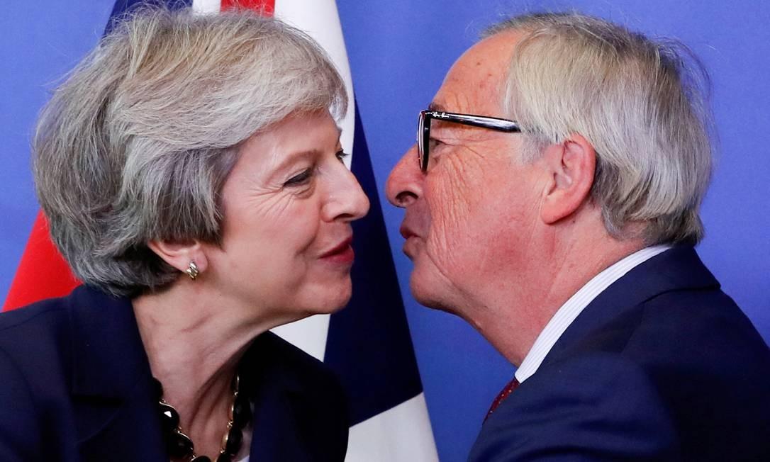 A primeira-ministra britânica Theresa May é recebida pelo presidente da Comissão Européia, Jean-Claude Juncker, antes da cúpula dos líderes da União Europeia em Bruxelas, Bélgica, em 17 de outubro de 2018 Foto: Yves Herman / REUTERS