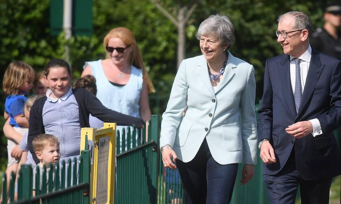 A primeira-ministra britânica Theresa May e seu marido Philip May chegam para votar nas eleições do Parlamento Europeu em Sonning, a oeste de Londres, em maio de 2019 Foto: DANIEL LEAL-OLIVAS / AFP