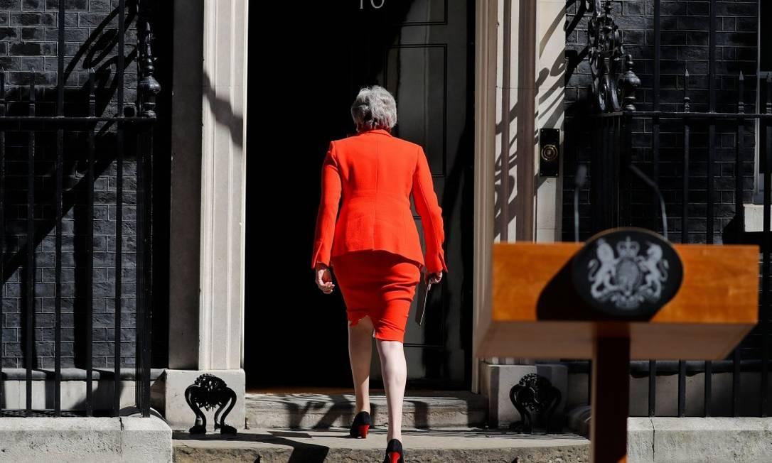 A primeira-ministra britânica Theresa May volta para a residência oficial após anunciar nesta sexta-feira que renunciará Foto: TOLGA AKMEN / AFP 24-5-19