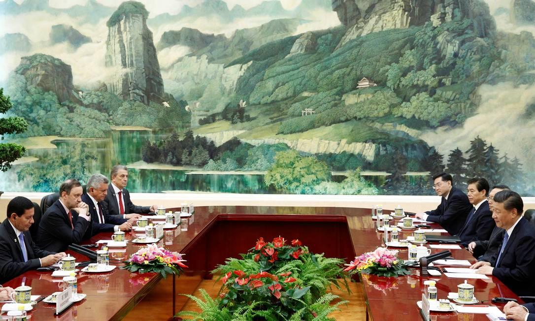 O vice-presidente brasileiro Hamilton Mourao(primeiro à esquerda) e o presidente chinês Xi Jinping (primeiro à direita) participam de uma reunião no Grande Salão do Povo em Pequim Foto: FLORENCE LO / REUTERS