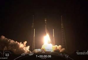 O foguete Falcon 9 ccarregando 60 satélites foi lançado nesta quinta-feira de Cabo Canaveral, na Flórida Foto: SpaceX