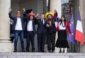 Presidente Emmanuel Macron posa para fotos ao lado de líderes indígenas do Xingu, incluindo o cacique Raoni Metuktire (à direita do chefe de Estado francês) no Palácio do Eliseu Foto: THOMAS SAMSON / AFP/16-05-2019