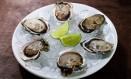 Entrada. As ostras com limão são uma das especialidades do Umas & Ostras Foto: Oseias Barbosa / Divulgação