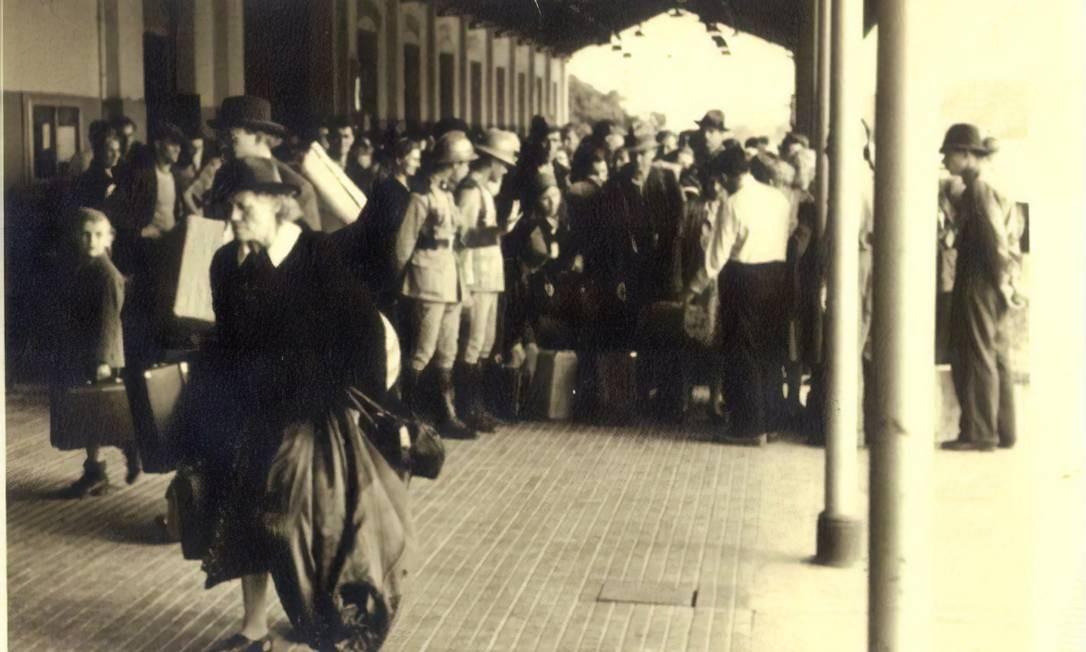 Em foto de autor desconhecido tirada na década de 1940, imigrantes chegam à hospedaria da Ilha das Flores Foto: Divulgação