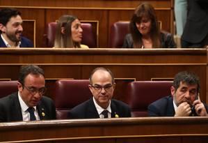 Foto da última terça, 21 de maio, mostra os recém-eleitos deputados catalães Jordi Sanchez, Jordi Turull e Josep Rull (da direita para a esquerda, da fila frontal) durante a sessão de abertura da nova Legislatura: mandatos dos três, mais o do colega Oriol Junqueras, foram suspensos nesta sexta Foto: SERGIO PEREZ/AFP/21-05-2019