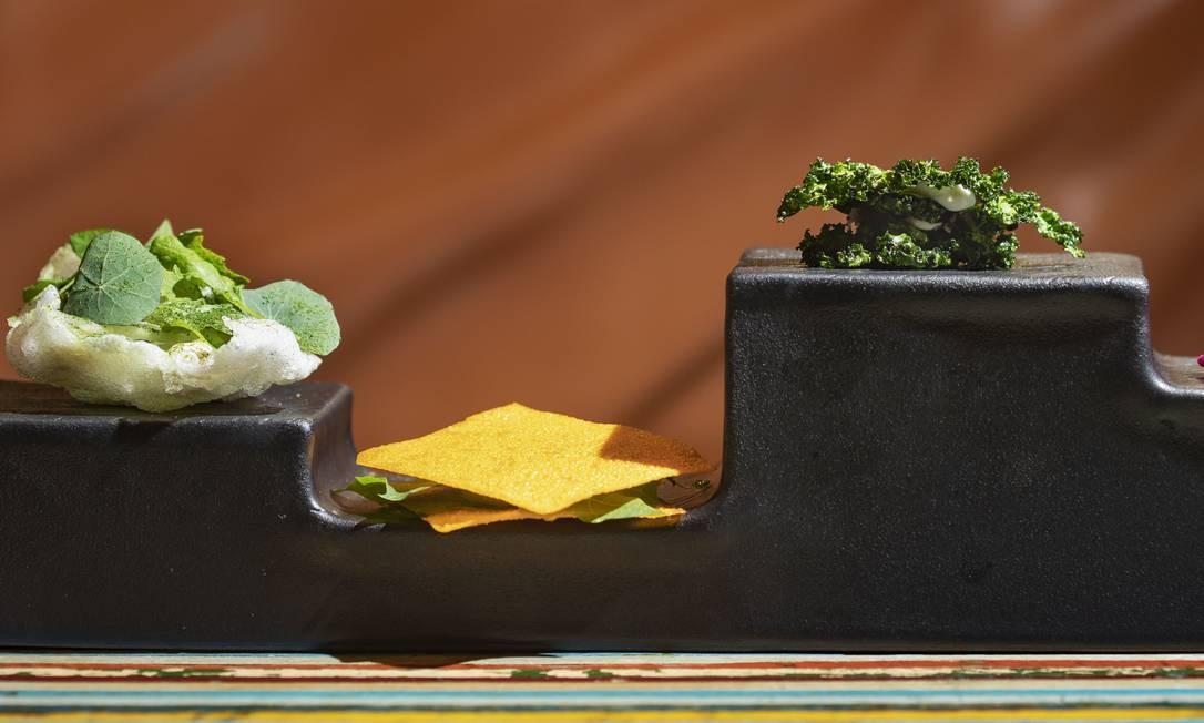 No Lasai, salada crocante, batata-doce com língua de boi, kale com carne crua e hibisco e pimentão Foto: Ana Branco / Agência O Globo