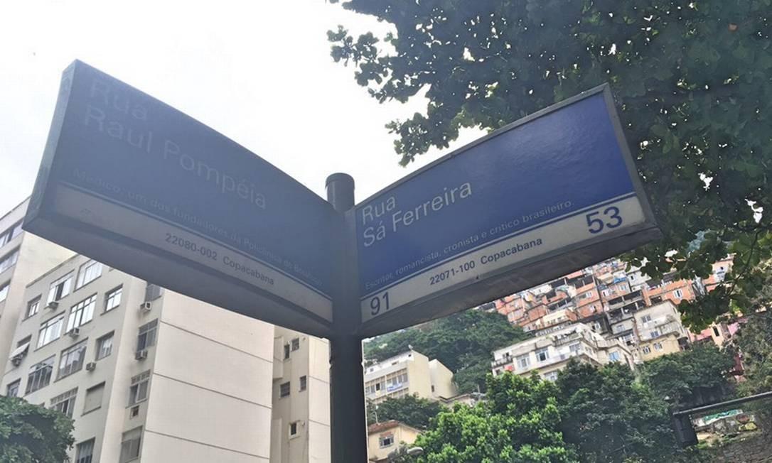 Placas indicadoras de endereços em Copacabana inverteu a biografia do escritor Raul Pompeia com a do médico Francisco Sá Ferreira Foto: Johanns Eller / Agência O Globo
