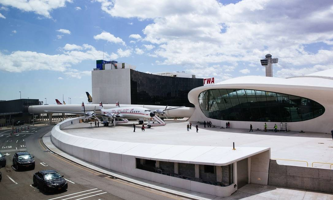 TWA Hotel no terminal desativado do aeroporto JFK. Além dos quartos (com vista para a pista, mas com isolamento acústico), há bar (dentro de um antigo avião) e outras amenidades Foto: Kevin Hagen / AFP