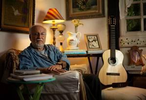 Na casa, em que mora há 29 anos, na Barra, Menescal preza pela simplicidade, a paixão pela natureza e pela música Foto: Brenno Carvalho / Agência O Globo