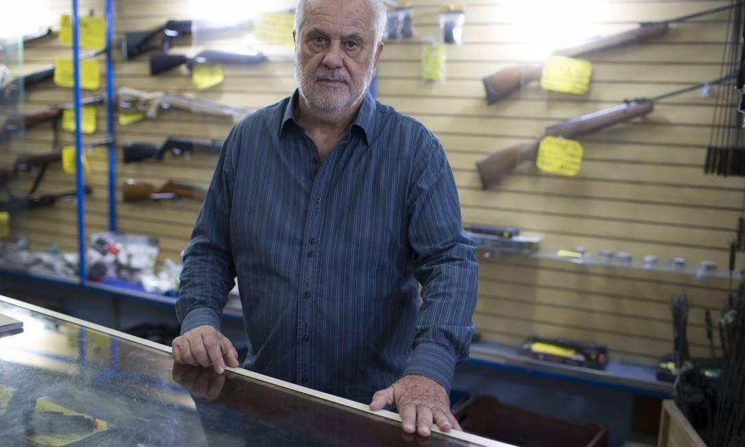 Nilton Gonçalves, dono de loja no centro de São Paulo. Para ele, apesar da flexibilização, regras ainda não estão claras o suficiente Foto: Edilson Dantas / Agência O Globo