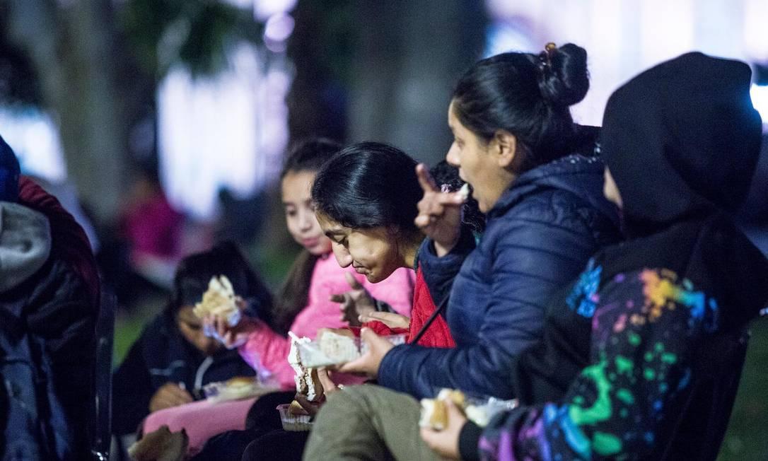 Argentinas se alimentam graças à ajuda da ONG Caminhos Solidários, em Buenos Aires Foto: Ignacio Sánchez/La Nación