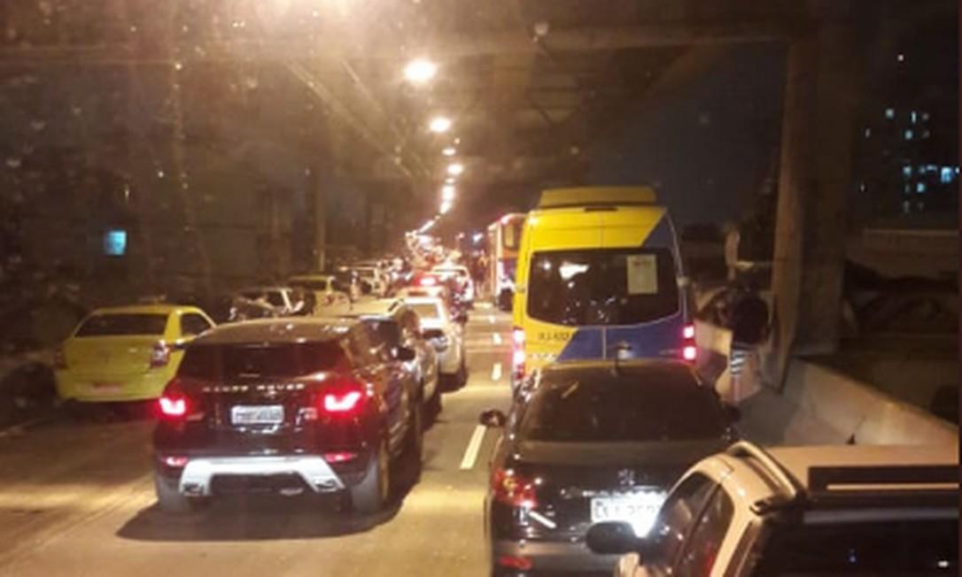 Trânsito parou na Linha Vermelha para ação da Polícia Militar nesta sexta-feira Foto: Reprodução