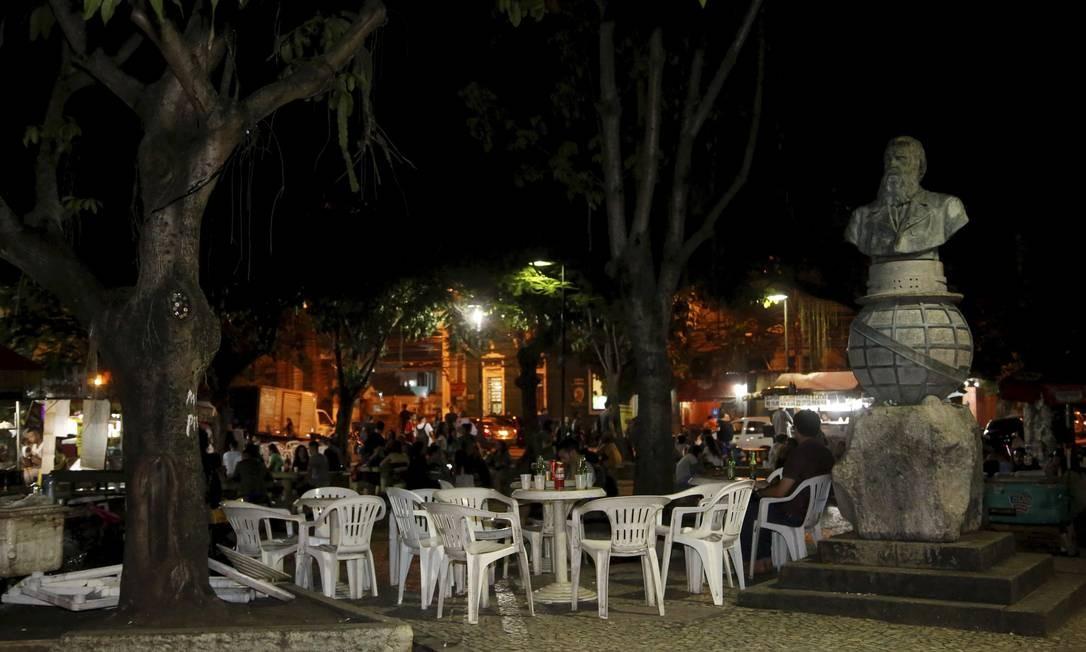 Na Praça Leoni Ramos, mesas são dispostas ao lado do busto de Dom Pedro II: prefeitura planeja ação. Foto: Fábio Guimarães / Agência O Globo