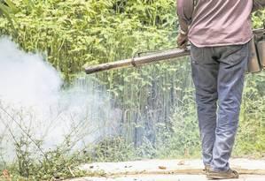 Injeção de químicos em zona rural: danos ao meio ambiente e à saúde humana Foto: Shutterstock/GrooTrai