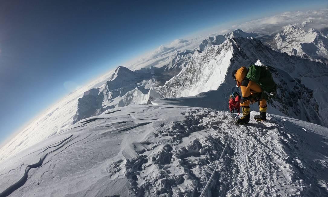 Caminho para o cume do Monte Everest, na face sul do Nepal, o pico mais alto do mundo. 17-05-2018 Foto: PHUNJO LAMA / AFP