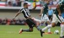 O atacante Diego Souza disputa a bola na partida entre Botafogo e Palmeiras, no Mané Garrincha, válido pela sexta rodada do Brasileiro Foto: Jorge William