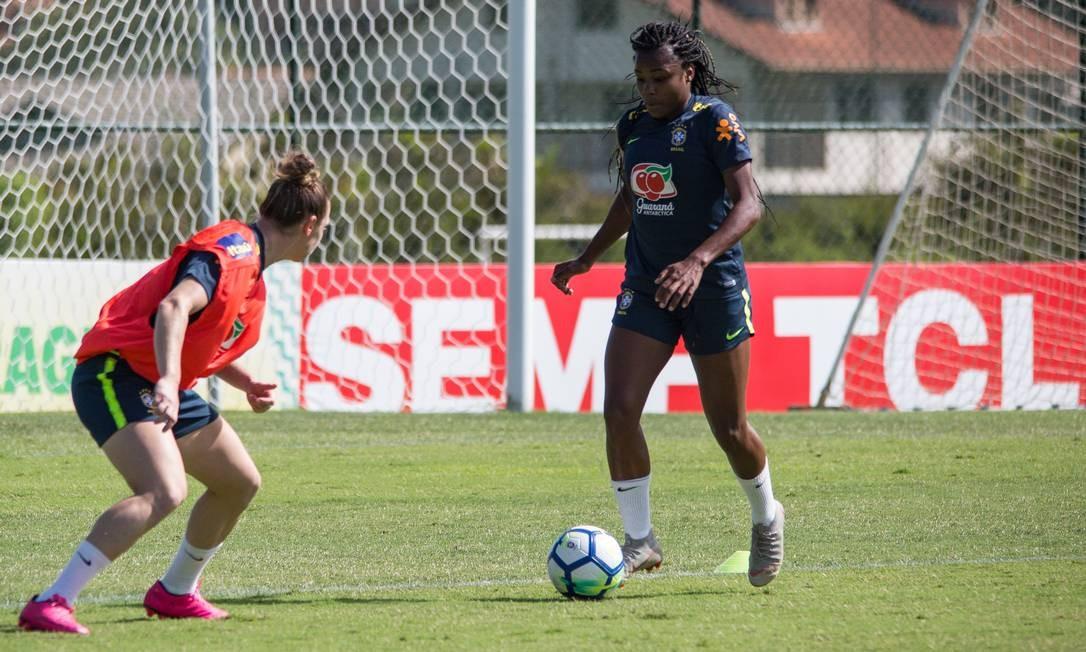 Ludmilla (à direita) durante o treino da Seleção Brasileira, na Granja Comary Foto: Rener Pinheiro / MoWA Press