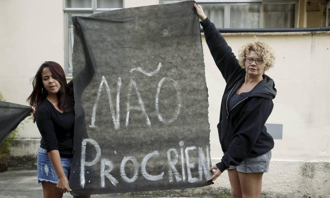Moradoras protestaram em frente à casa de festa onde foi realizado casamento de filho de Bolsonaro Foto: Gabriel de Paiva / Agência O Globo