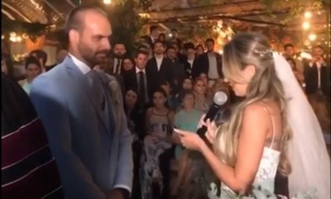 Heloísa lê os votos de casamento para o marido Eduardo Bolsonaro Foto: Agência O Globo