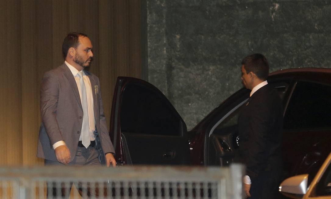 Carlos Bolsonaro deixou o casamento antes do pai Foto: Gabriel de Paiva / Agência O Globo