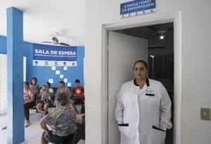 A enfermeira Joyce Maciel faz o que pode para manter a rotina na unidade básica de saúde em que trabalha Foto: Edilson Dantas / Agência O Globo