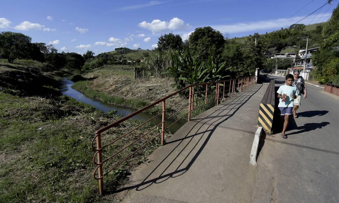 O Rio Macuco, que divide os municípios de Macuco e Cordeiro: briga por território se arrasta no STF Foto: Marcelo Theobald / Agência O Globo