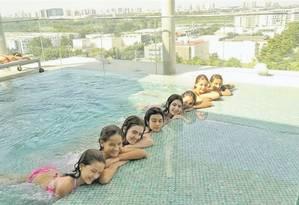 A atriz Letícia Braga, de rosa, comemora com amigas na piscina do Hilton Barra: elas passaram a noite numa suíte, com direito a brincadeiras Foto: Divulgação