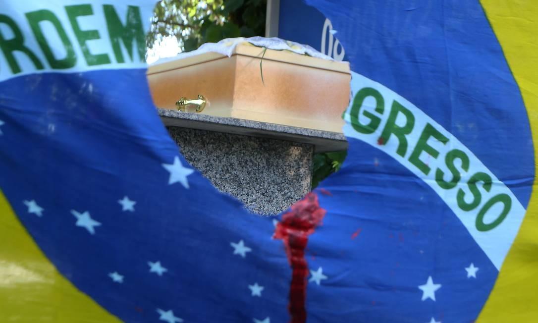 Enterro do catador Luciano Macedo no Cemitério do Caju, Rio de Janeiro. Macedo foi morto por agentes do Exército Foto: Guilherme Pinto / Agência O Globo