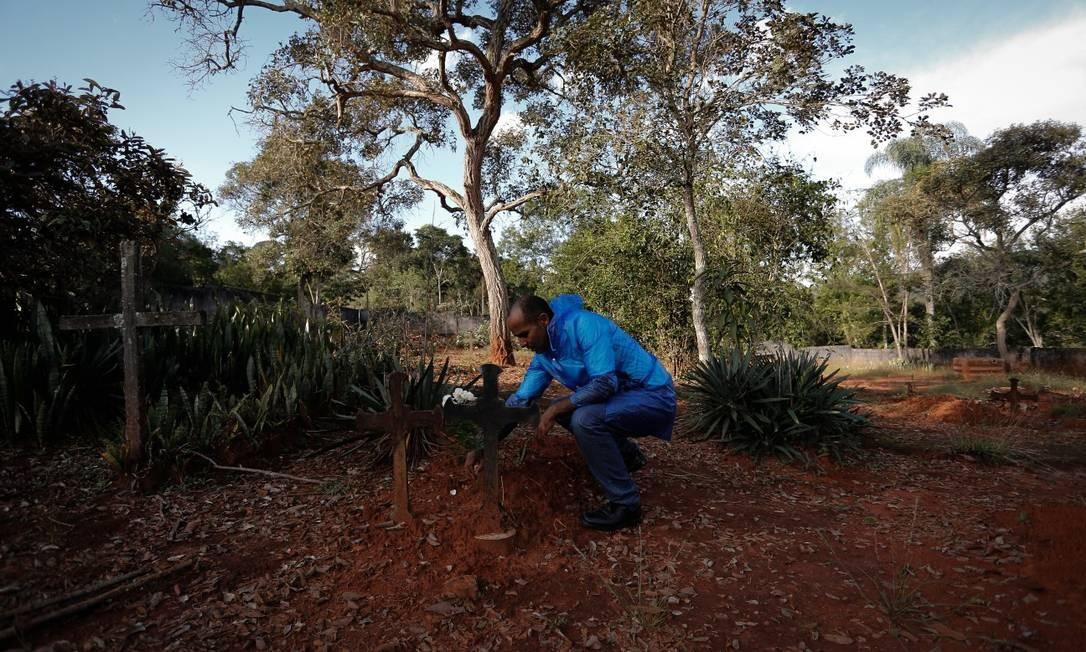 Antes de deixar Socorro Amarair de Morais visitou o cemitério e colocou flores na sepultura de parentes Foto: Pablo Jacob / Agência O Globo