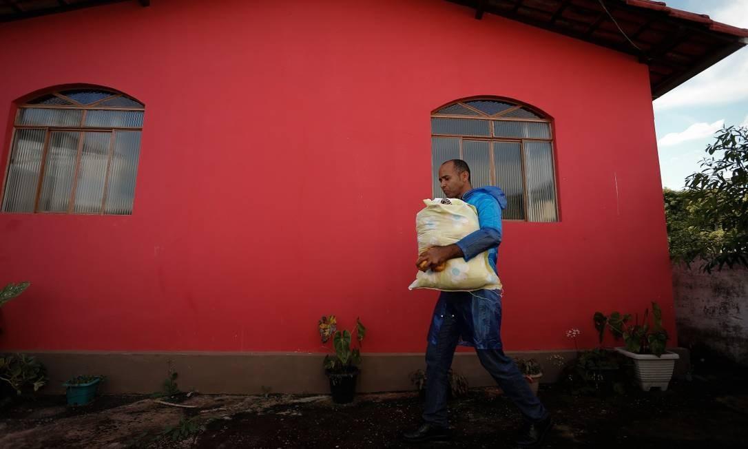 Amarair de Morais retornou à comunidade abandonada para recuperar roupas de frio de sua neta Foto: Pablo Jacob / Agência O Globo