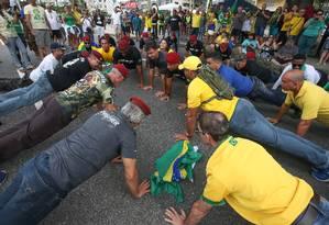 Manifestantes fazem flexão durante ato pró-governo em Copacabana Foto: Marcelo Regua / Agência O Globo