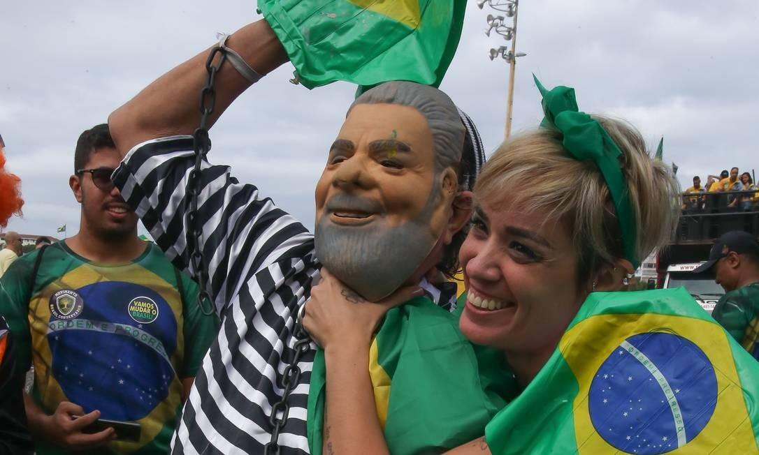 Manifestante participa de ato pró-governo Bolsonaro em Copacabana com fantasia de Lula presidiário Foto: Marcelo Regua / Agência O Globo