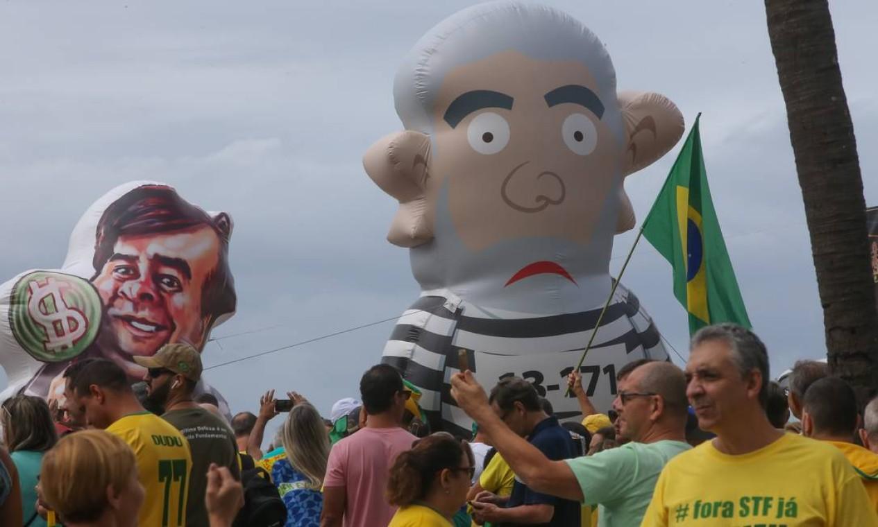 Movimentos que apoiam o presidente e parlamentares do PSL, partido de Bolsonaro, trouxeram carros de som para a orla, incluindo um mastro de 45m de altura com a bandeira do Brasil, e bonecos infláveis que retratam o ex-presidente Lula e o presidente da Câmara Federal, Rodrigo Maia Foto: Marcelo Regua / Agência O Globo