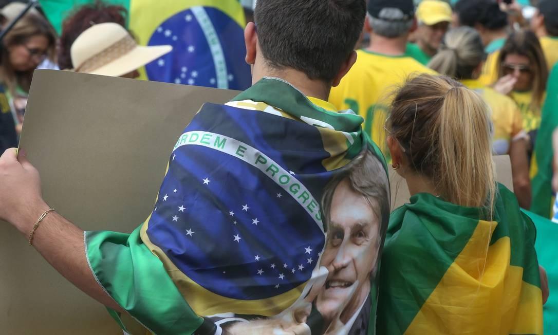 A orla de Copacabana recebe centenas de pessoas vestidas de verde e amarelo em um ato a favor do governo do presidente Jair Bolsonaro na manhã deste domingo Foto: Marcelo Regua / Agência O Globo
