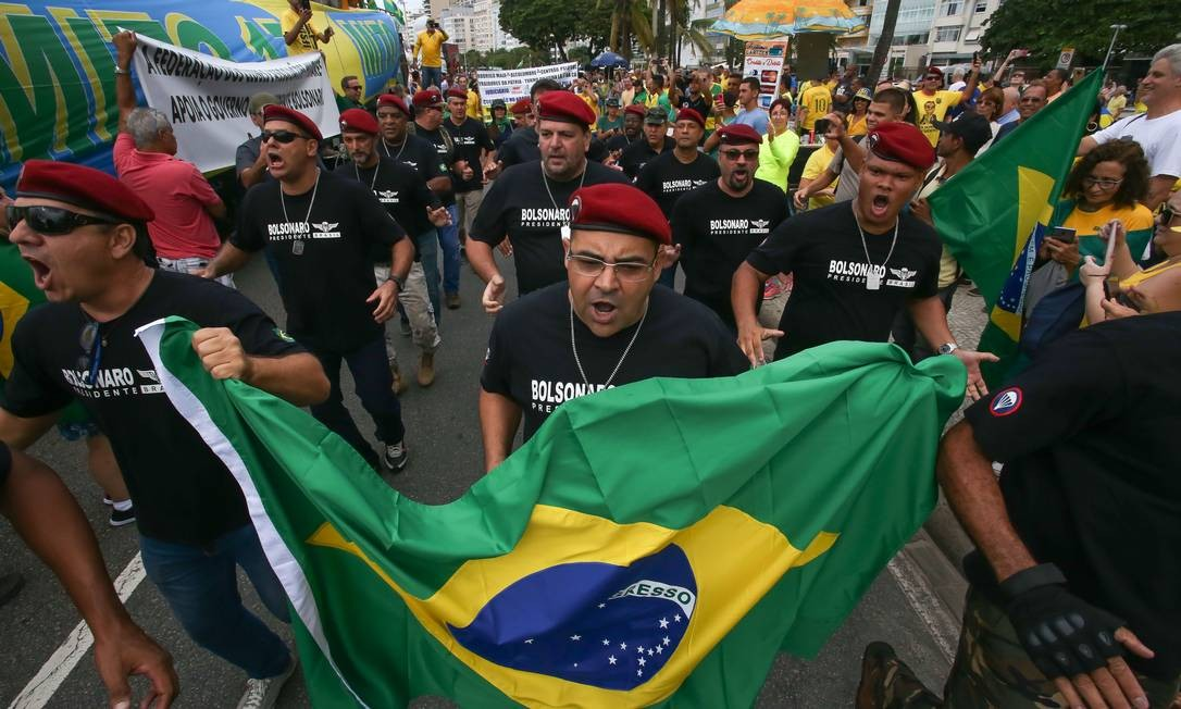 Manifestantes participam de ato pró-governo vestindo camisas com o nome de Bolsonaro e boina militar Foto: Marcelo Regua / Agência O Globo